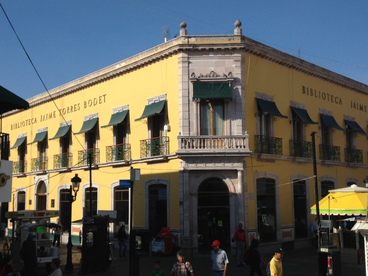 I spotted a library in downtown Aguascalientes. (While taking this picture, someone called me Harry Potter. I think it was because of my round frames and my pixie cut hair.)